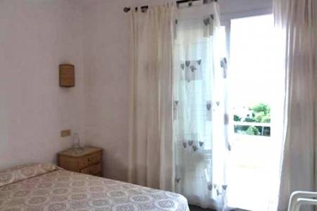 One of the 2 bright bedrooms