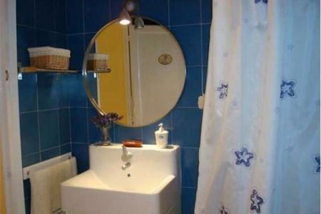 Charming full bathroom